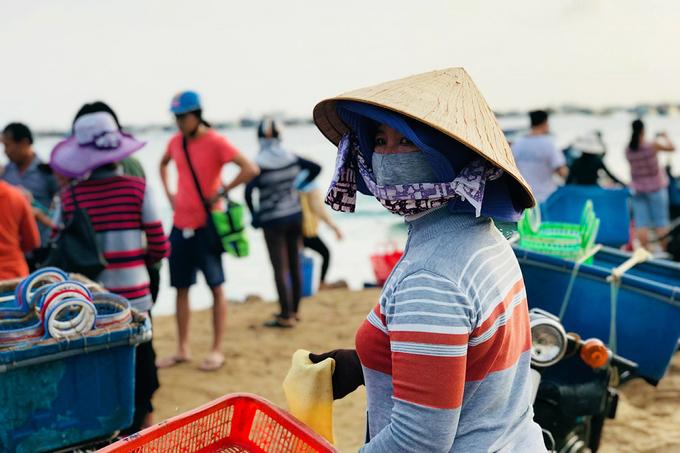Giá trên đảo rẻ hơn so với chợ trên đất liền nên bạn yên tâm mua mà không cần mặc cả.