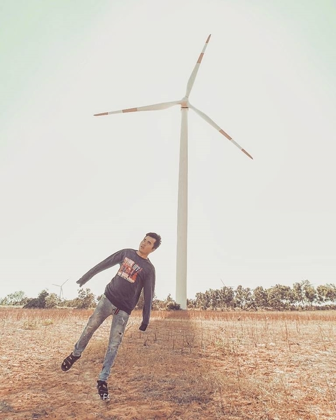 """Một trải nghiệm hài hước khiến anh chàng không thể quên trong chuyến đi này là trên đường vào cánh đồng điện gió Tuy Phong. Anh cùng bạn đồng hành bị hai chú chó rượt chạy """"tóe khói"""". Nơi này nằm trên quốc lộ 1A nên bất kì du khách nào đi ngang qua khu vực xã Bình Thạnh đều có thể dễ dàng chiêm ngưỡng hàng chục turbin khổng lồ xoay trong gió."""