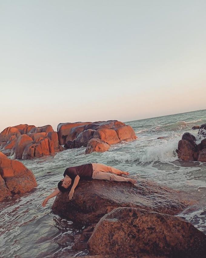 Biển Cổ Thạch ở xã Bình Thạnh, huyện Tuy Phong là điểm bạn không nên bỏ lỡ. Trừ mùa mưa (tháng 7-8) biển động, nhiều sứa đen khiến nước biển đục ngầu ra thì khoảng thời gian còn lại trong năm đều thích hợp để ra biển. Du lịch ở đây chưa phát triển, bãi biển còn hoang sơ, không nhiều du khách nên bạn có thể thoải mái tạo dáng mà không sợ bị làm phiền.