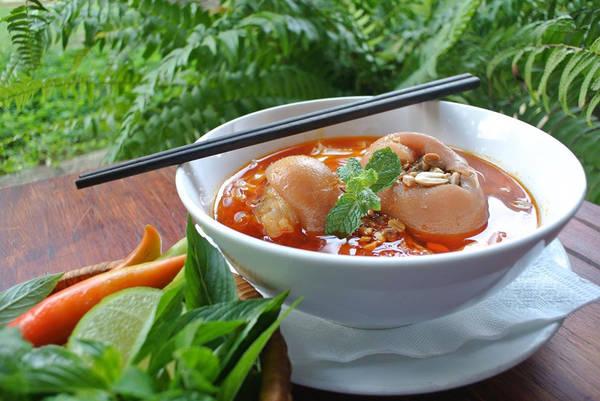 Món mỳ quảng Phan Thiết nổi tiếng được chụp từ điện thoại.